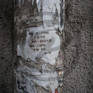 Photo Reportage Street-Art d'un poème collé sur un poteau dans une rue de Paris