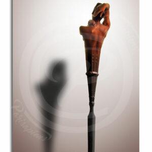 Photo-Montage Surréalisme, le corps d'une jolie femme se prolonge en dague de métal