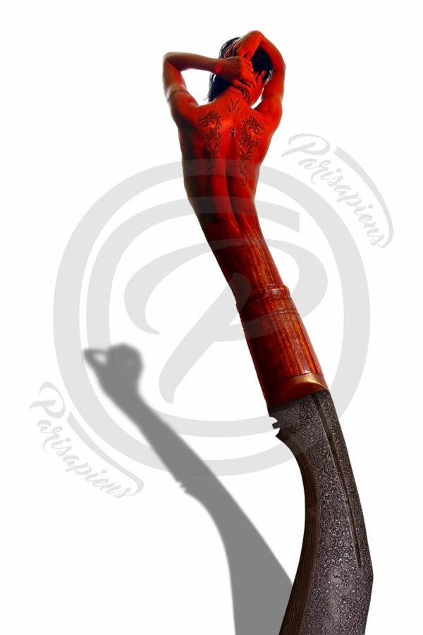 Photo-Montage Surréalisme, une femme musclée et tatouée au corps de sabre