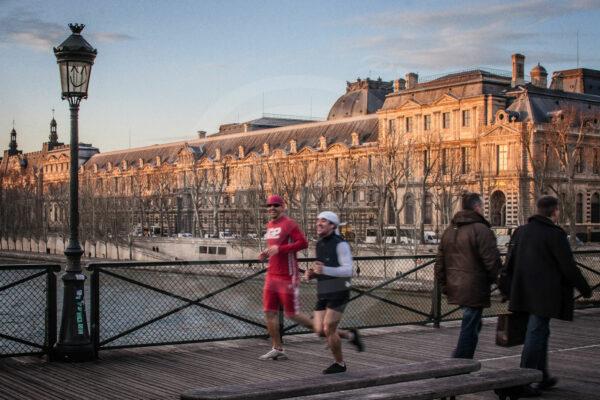 Photo Reportage d'un footing joyeux et coloré sur le pont des Art sous le sourire d'un réverbère