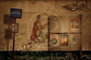 Photo-montage Street-Art d'une magicienne sexy peinte sur un mur décrépi du 18éme arrondissement de Paris