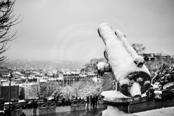 Photo d'une longue vue de la butte Montmartre sur Paris sous la neige