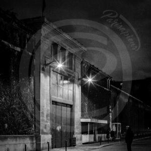 Photo de la porte de la prison de la Santé, Paris-14 de nuit