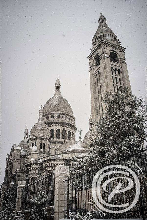 La neige tombe sur le Sacré Coeur, prise de vue coté Square Marcel Bleustein Blanchet