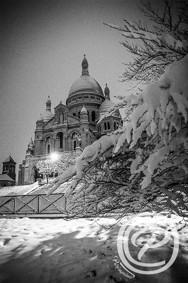 Le Sacré Coeur sous la neige sur la butte Montmartre prise de vue de nuit