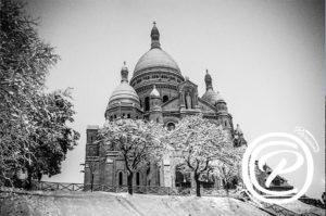 La basilique du Sacré Cœur prise de nuit sous la neige
